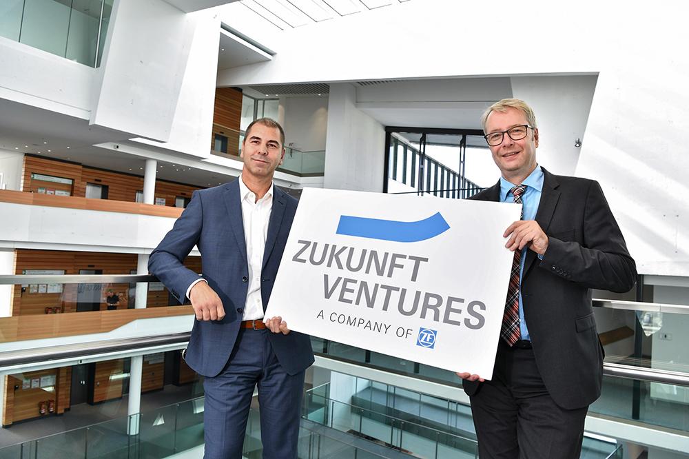 ZF Friedrichshafen: Dr. Stefan Sommer und T. Gollewski plus Logo fŸr neue Gesellschaft am 07.10.2016 im ZF-Forum in Friedrichshafen.