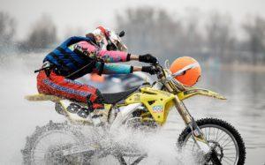 Liqui Moly: Сергій Совяк вперше в Україні здійснив заїзд на мотоциклі по воді