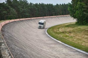 Електровантажівка встановила рекорд дальності ходу на шинах Continental